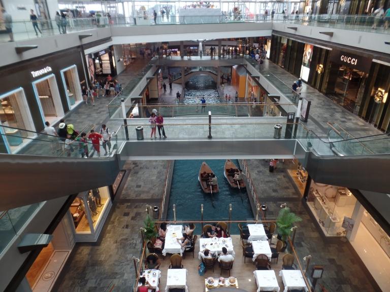 Poti oricand opta pentru o plimbare cu barcuta in mall